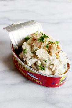 Tonijnsalade kan soms zó lekker zijn: op een toastje, knapperig broodje of in een fris blaadje sla. Het is supersimpel en zo lang je duurzaam gevangen tonijn gebruikt, kan het eigenlijk niet fout gaan! Wij gebruikten voor deze salade de prachtige blikjes van Ortiz, een familiebedrijf uit het Noordwesten van Spanje. Zij gebruiken voor de …