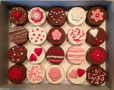Love and Romance Chocolate-Covered Oreos by CindysSweetCreations (Valentins Day Party Snacks) Valentines Day Deserts, Valentines Day Chocolates, Valentine Chocolate, Valentine Cake, Valentine Treats, Chocolate Shapes, Chocolate Dipped Oreos, Chocolate Lollipops, Oreo Cookie Bar