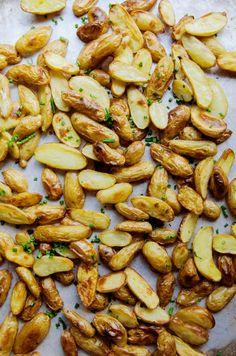 Recipe: Crispy Salt & Vinegar Potatoes — Vegan Munchies by Gina Eykemans - Hifow - Unionbeatz - The Best Food Recipes Steak Side Dishes, Best Side Dishes, Main Dishes, Steak Sides, Burger Side Dishes, Steak Recipes, Potato Recipes, Cooking Recipes, Healthy Recipes