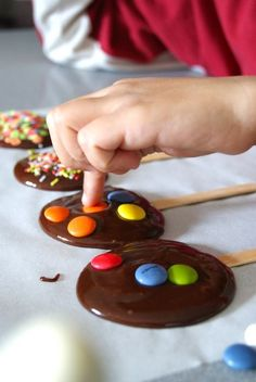 10 Cookie Ideas with M & 10 Ideias de Biscoitos com M&M's 10 Cookie Ideas with M & M's - Chocolate Lollipops, Snacks Für Party, Chocolate Decorations, Food Humor, Chocolate Brownies, Candy Buffet, Cake Pops, Kids Meals, Sweet Recipes