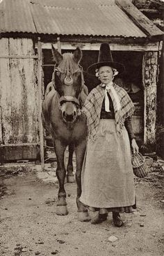 Farm woman and horse 1908 Wales Antique Photos, Vintage Pictures, Vintage Photographs, Old Pictures, Old Photos, Welsh Lady, Wales Uk, South Wales, Farm Women