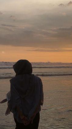 Muslim Girls Photos, Girl Photos, Original Iphone Wallpaper, Good Night Quotes, Sad Girl, Mood Quotes, Aesthetic Girl, Music Videos, Sky