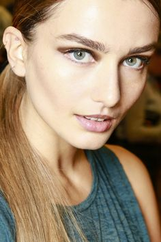 Andreea Diaconu en backstage du défilé Jason Wu printemps-été 2014 http://www.vogue.fr/beaute/tendance-des-podiums/diaporama/andreea-diaconu-en-10-make-up/16523/image/885907#!en-backstage-du-defile-jason-wu-printemps-ete-2014