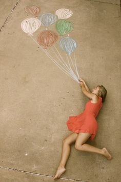 Cute photography idea with chalk drawing of balloons! Artsy Fotos, Artsy Bilder, Artsy Pics, Cute Photography, Creative Photography, Portrait Photography, Balloons Photography, Night Photography, Photography Hashtags