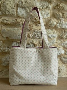 MON PETIT SAC PRATIQUE… LE TUTORIEL ! | Mes petites coutures Bible Bag, Diy Sac, Sacs Diy, Diy Bags Purses, Couture Sewing, Basket Bag, Bag Making, Reusable Tote Bags, Crochet