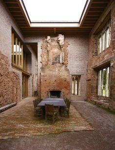 Heute kann man in dem Herrenhaus übernachten - oder in diesem Esszimmer...