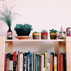 A Estante Legno Completa fez o maior sucesso na casa da @marinadomingues ! Ammmamos a coleção de livros e de plantinhas! :D (informação dos produtos no link da nossa bio)  #meumoveldemadeira #decoracao #decor #homedecor #instadecor #home #instahome #house #instahouse #casa #casadecor #instacasa #interiordesign #interiordecor #interiores