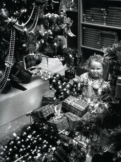 Christmas in Paris 1952 // Willy Ronis Christmas Tree Scent, Christmas Past, Vintage Christmas, Christmas Ideas, Old Paris, Vintage Paris, French Vintage, Robert Doisneau, Vintage Photographs