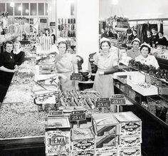 Van nul tot vijfhonderd in 86 jaar. Dat de Hollandsche Eenheidsprijzen Maatschappij Amsterdam een succes zou worden, stond niet direct in de sterren. De HEMA begon in november 1926 als goedkope, om niet te zeggen tikje ordinaire dochter van de Bijenkorf. Het idee voor een prijsvechter onder de warenhuizen kwam van de ondernemers Arthur Isaac en Leo Meyer, directeuren-generaal van de Bijenkorf. De eerste winkels openden in de Amsterdamse Kalverstraat en Oude Hoogstraat.