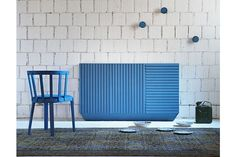 Mobile contenitore caratterizzato da incisioni frontali realizzato da Miniforms. Costruito con un'innovativa fibra di legno colorata in massa, atossica e resistente all'umidità. Sulla superficie possono essere visibili piccole fibre di legno che non assorbono i coloranti organici, particolare che gli conferisce un aspetto unico e naturale. Dimensioni: Orizzontale azzurro: L 144 x P 48 x H 84 cm; Verticale grigio: L 96 x P 48 x H 132 cm. Disponibile in altri colori su richiesta.