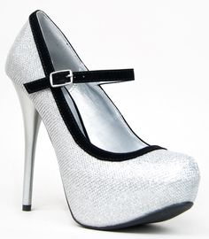 El black & white se hacen sentir. Pumps highs heels stiletto. Glitter