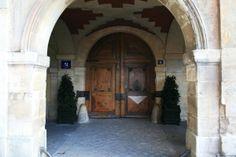 Hôtel de Rohan-Guémené - Maison de Victor Hugo.- 15) HÔTEL DE ROHAN-GUEMENE: Il fut inauguré le 30 juin 1903. Dans les communs de l'hôtel, aile des Tournelles, furent fabriqués les cercueils de bois du monument funéraire de Napoléon 1° aux Invalides.- LUCIENNE HEUVELMANS, sculpteur, installa son atelier dans l'aile du 17 rue des Tournelles, au rez de chaussée et entresols. Elle est, en 1911, la 1° femme lauréate du Grand Prix de Rome et la 1° femme pensionnaire de la Villa Médicis. Thing 1, Paris, Rue, Grand Prix, France, Funeral Caskets, June 30, I Like You, Atelier