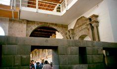 Detalhes arquitetônicos no Templo do Sol, ou Korikancha, posteriormente Convento Santo Domingo. Arquitetura de diferentes culturas sobrepostas (cultura inca, cultura espanhola). Em Cusco, na província e região de Cusco, Peru.  Fotografia: El GIMP.