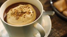 Dit dessert doet aan een cappuccino denken. Onderaan zit een luchtige mousse van room, chocolade en sterke koffie die wordt afgewerkt met koffieroom en kruimels van Café Noir koekjes. Serveer het in koffiekoppen om de illusie compleet te maken.
