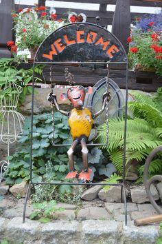 Unser schaukelnder Affe heißt jeden Besucher fröhlich Willkommen...