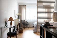 Wat leuk: gebruik eens een houten rek als wanddecoratie - Roomed