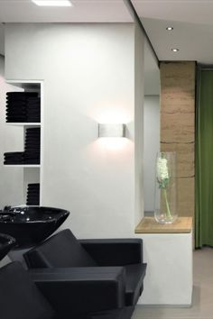 A trip to the salon is always a bit of a luxury and a wonderful way to practice a little self-care. Wimmer Hairdressers ensures an especially restorative and luxurious experience with walls plastered using YOSIMA clay designer plaster or built with rammed earth. These materials ensure an especially pleasant indoor climate by regulating humidity and smells. #claytours #friseur #lehm #architektur #designinspiration #surfacedesign #nachhaltigkeit #naturalbuilding Rammed Earth, Hairdressers, Natural Building, Plaster Walls, Surface Design, Salons, Restoration, Design Inspiration, Clay