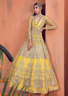 Shiza Hassan Bridal Collection 2019 Online features Pakistani Bridal & Wedding Dresses adorned with Embroidery, Zardozi, Tilla, Gold and Silver Thread Work. Emerald Green Wedding Dress, Green Wedding Dresses, Bridal Wedding Dresses, Desi Wedding, Mehndi Dress, Mehendi, Pakistani Wedding Dresses, Pakistani Designers, Indian Ethnic Wear