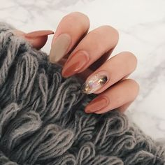 のびのびmy nail . #mynail#autumn#autumnnail#beige#pinkbeige#jelnail#nail#nailist#selfnail#秋ネイル#ベージュネイル#ピンクベージュネイル#白べっこう#ホロネイル#くすみカラー#ネイリスト#セルフネイル#フローター#フィルイン#一層残し#l4l
