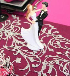 Voici une élégante figurine de jeunes mariés en train de danser, tendrement enlacés !