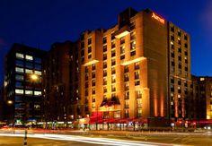 Después de festejar toda la noche en Amsterdam, menos mal que tu hotel te queda centrico y cerca para la caminada de vuelta. Amsterdam Marriott Hotel