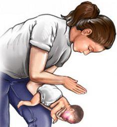 Чаще всего малыши до года давятся во время кормления: молоком, крупными кусочками еды, водичкой. Самая распространенная причина этого – неправильная поза. Как же помочь крохе?