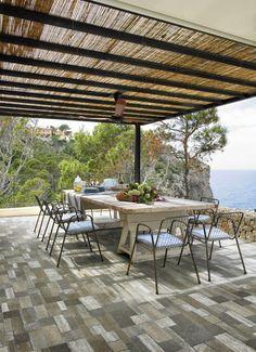 Une belle terrasse avec le carrelage MUSIS. Série GARDEN, carrelage pour l'extérieur effet pierre, format 30 x 60.