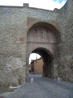 """Olmedo, Valladolid. Arco de San Miguel. Olmedo era conocida como la """"Villa de los siete sietes"""" pues poseía siete pueblos de su alfoz, siete arcos de entrada, siete iglesias, siete conventos, siete plazas, siete caños o fuentes y siete casas nobles.<> Pulse en la fotografía para ver alojamientos en Valladolid."""