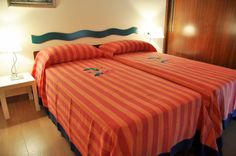 Camera doppia rossa. Twin bed.