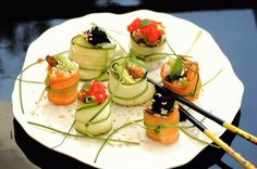 . små grøntsagsruller – sushi på dansk Jeg kalder de små risfyldte ruller for squashi, fordi de er et alternativ til sushi med tang. Og du kan da også sagtens bruge tang i stedet for grøntsager. De…