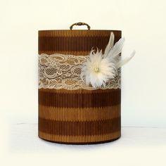 Caixa feita em MDF e decorada para combinar com o seu buquê.  Possui suporte para cabo e pode ser levada na cerimônia para guardar o buquê em local seguro.  Diâmetro - 27 cm  Altura - 35 cm  #caixa #bouquet #buquê #broches #suporte #MDF #caixadecorada #achadododia #achadosqueamamos #achado #noivinhasdeluxo