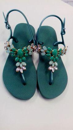 Havaiana Freedom SL. com pedrarias. Coral Sandals, Bridal Sandals, Cute Sandals, Open Toe Sandals, Sandals Outfit, Flip Flop Sandals, Fancy Shoes, Pretty Shoes, Crazy Shoes