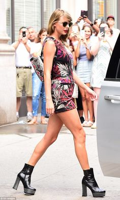 Having the last word! Taylor Swift wore a snakeskin backpack on Tuesday - exactly two years since Kim Kardashian referred to her as a 'snake' amid feud with her husband Kanye West Taylor Swift Skinny, Taylor Swift Latest, Taylor Swift Songs, Taylor Swift Style, Taylor Alison Swift, Chic Outfits, Fashion Outfits, My American Girl, Kendall Jenner Style