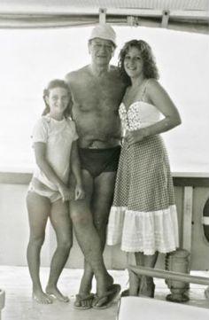 """John Wayne avec Marisa Carmella et Aïssa, deux de ses filles, sur le """"Wild Goose"""""""