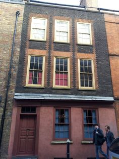 Huguenot silk weavers house in Spitalfields from www.atthepinkhouse.tumblr.com East End London, Old London, French History, Pink Houses, Around The Corner, Historical Pictures, History Books, Reformation, Granola