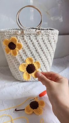 Crochet Bag Tutorials, Crochet Flower Tutorial, Crochet Crafts, Crochet Videos, Diy Crochet, Crochet Projects, Embroidery Flowers Pattern, Crochet Flower Patterns, Crochet Designs
