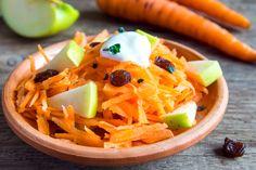 Preparación1. REBANA las manzanas finamente.2. PELA las zanahorias y córtalas en palitos.3. CORTA los rábanos en tiras delgadas.4. ACOMÓDALOS en un tazón grande.5. ESPARCE las pasas y espolvorea con yerbabuena y perejil.6. MEZCLA el vinagre, la miel, la mostaza, sal y pimienta.7. BATE lentamente mientras agregas el aceite.8. VIERTE sobre la ensalada y añade ajonjolí