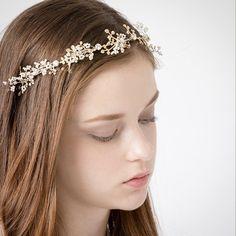 今、インスタでも話題の「小枝アクセサリー」!どんなスタイルにもマッチするので、結婚式のヘアアレンジに使う花嫁さんが急増中なんです。今回は、そんな新しい人気アイテム「小枝アクセサリー」を使ったアレンジをご紹介♪ Band, Accessories, Fashion, Moda, La Mode, Ribbon, Bands, Fasion, Fashion Models