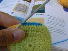 Et si on assemblait nos carrés. - Crochet and the city! Knitted Hats, Crochet Hats, Crochet Granny, Couture, Creations, Beanie, Knitting, Union Square, Patterns