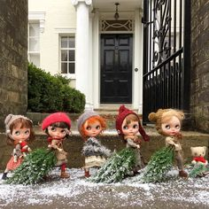 """It's the first of December so excited are we it's time to put up the Christmas tree!"" #christmas  #christmastree  #simonealbergaria  #holagominola  #kbabydolls  #vainilladolly  #erregiro  #moshimoshi  #dewdropteddybears  #teddy  #littleditzies  #ransilentnight  #england  #snow #street  #kawaii  #blythedoll  #dollphotography  #festive by dollytreasures"