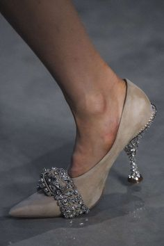 Burberry Autunno/Inverno 2019, Womenswear - Fashion Week (#34189) Italia Fab Shoes, Me Too Shoes, Shoe Boots, Shoes Sandals, Mode Shoes, Shoe Dazzle, Beautiful Shoes, Stilettos, Designer Shoes