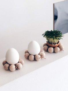 bricolage de Pâques facile - des porte-œufs en boules de bois