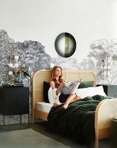 Osez le vert dans votre intérieur – Lucie Moreau Interieurs Bedroom Green, Home Bedroom, Bedroom Decor, Green Bedding, Bedroom Furniture, Dresser Top Decor, Green Headboard, Rattan Headboard, Dark Green Walls