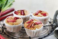 Rhubarb bran muffins Healthy Cake Recipes, Yummy Healthy Snacks, Muffin Recipes, Dessert Recipes, Desserts, Healthy Food, Bran Muffins, Thing 1, Cake Ingredients
