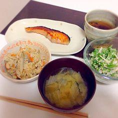 めちゃ手抜きー! - 7件のもぐもぐ - 炊き込みご飯、味噌汁、鮭の塩焼き、水菜サラダ by chibbys