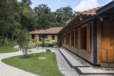 Image 6 of 54 from gallery of São Francisco Xavier House / RAP Arquitetura e Interiores. Photograph by Evelyn Muller Amazing Architecture, Modern Architecture, Brick House Plans, Weekend In San Francisco, 100 M2, Vernacular Architecture, House Blueprints, Wooden Decks, Country Style Homes