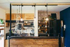 2本の角材を天井に突っ張って柱にし、そこに横向きに板を渡してライティングレールに。 Liquor Cabinet, Storage, Kitchen, Furniture, Home Decor, Fashion News, Rooms, Ideas, Purse Storage