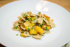 Farfalle z dynią i orzechami – Zjadamy nasze dekoracje! Pasta Salad, Potato Salad, Potatoes, Ethnic Recipes, Food, Crab Pasta Salad, Potato, Essen, Meals