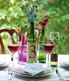 """Além de serem centros de mesa bonitos e econômicos, as garrafas podem ainda servir para marcar a mesa da festa e facilitar a vida dos convidados. O """"rótulo"""" pode ser colado em uma garrafa de vinho, como na produção de Henrique Morais"""