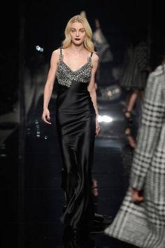 Milano Moda Donna AI 2015/2016: la sfilata di Scervino | Abito da sera in raso nero | Foto